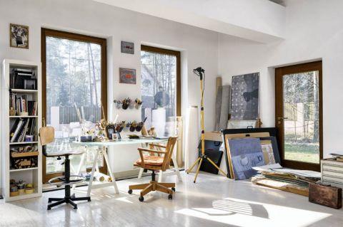 Pracownia artystki znajduje się w podwarszawskim Zalesiu.