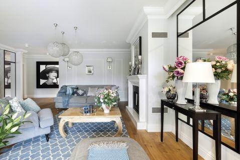 salon w szarościach i bieli z dębowymi podłogami
