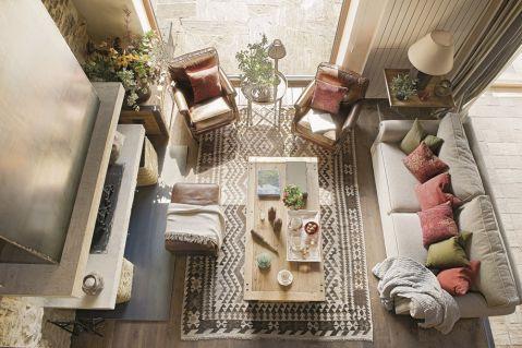 w rustykalnym stylu salon kominek