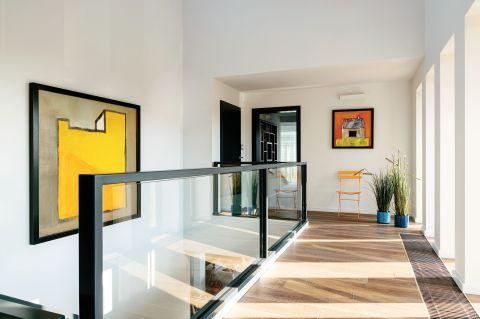 Żółte metalowe krzesło NAP. Dom z widokiem na miasto