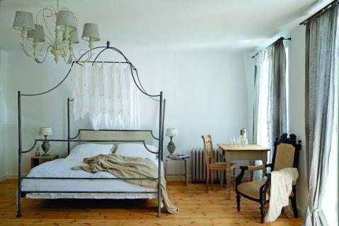 stary dworek sypialnia