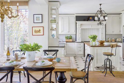 biała kuchnia i jadalnia w stylu klasycznym