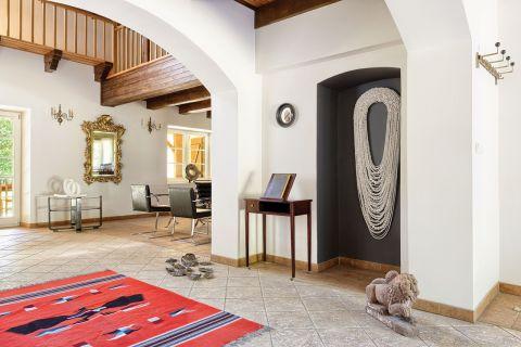 W niszy idealnie prezentuje się praca Xawerego Korale , obok na stoliku pamiątkowa księga. Na podłodze
