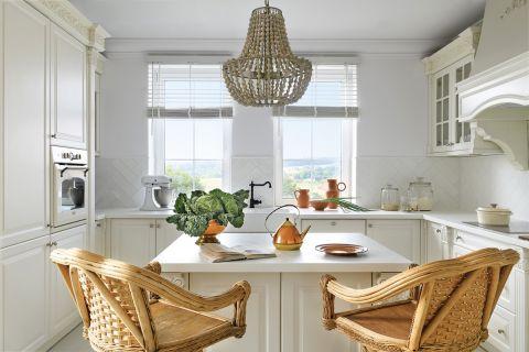 biała kuchnia z białym blatem