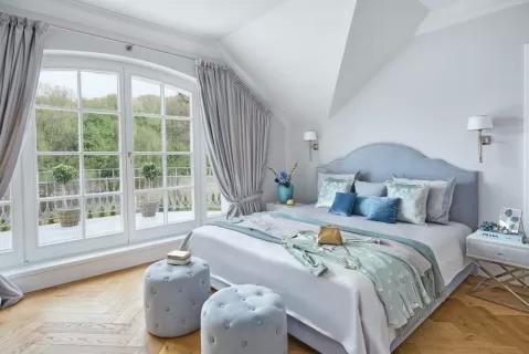 klasyczna sypialnia biel i pastelowy błękit