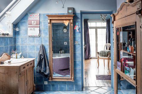 Całe wnętrze powstało z myślą o kolekcji niebieskich filiżanek i deseczek z wzorem cebulowym.