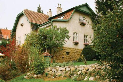 Dom otoczony ogrodem