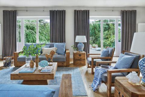 drewniane meble i niebieskie dodatki w salonie