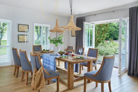 drewniane meble i niebieskie dodatki w jadalni