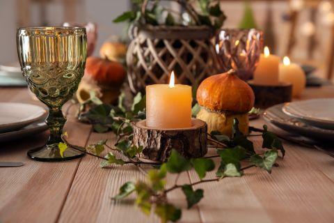 Dekoracje stołu w kolorach jesieni. Jesienne dekoracje stołu, dzięki którym obiad będzie przyjemnością
