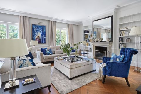 klasyczny salon z niebieskimi dodatkami