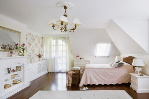 Kobiecość w sypialni podkreślają biel i róż. Do tego motyw peonii na tapecie firmy Sanderson