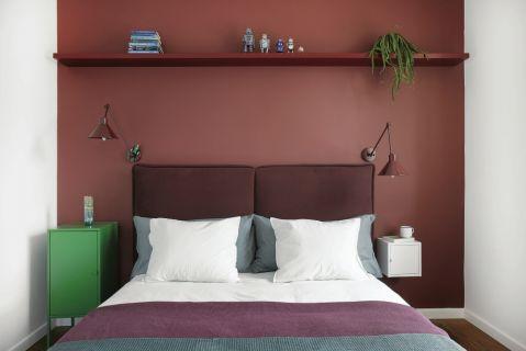 czerowne ściany w sypialni