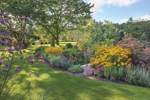 kwiatowe rabaty w ogrodzie