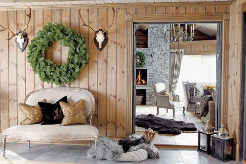 Meble i dodatki w stylu prowansalskim mają schłodzoną kolorystykę, np. sofy i fotele powleczono naturalnym lnem.