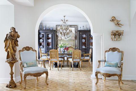 Na pierwszym planie stylizowane fotele obite aksamitem.