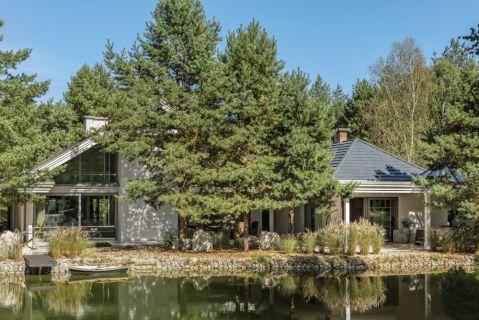 nowoczesny dom nad jeziorem