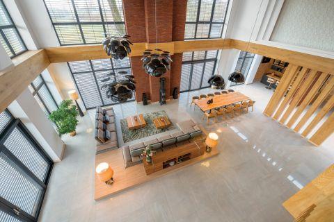 nowoczesny salon z ceglaną ścianą