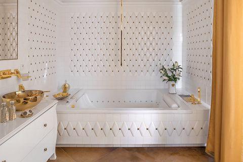 Pikowane kafelki w białej, eleganckiej łazience.
