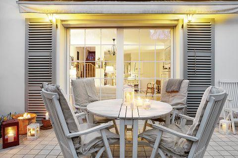 Skandynawski styl to nie tylko biel i pastele ale także naturalne drewno i proste meble. Pokazujemy, jak urządzić dom