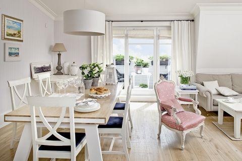 Stół zaprojektowała gospodyni. Mieszkanie w kolorach morza
