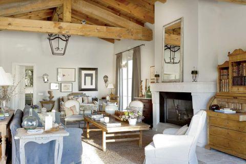 bogato dekorowany salon w stylu francuskim