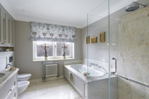 łazienka z wanną w stylu klasycznym