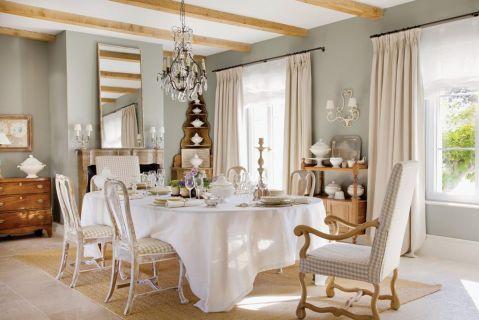 w prowansalskim stylu jadalnia stół jasne kolory