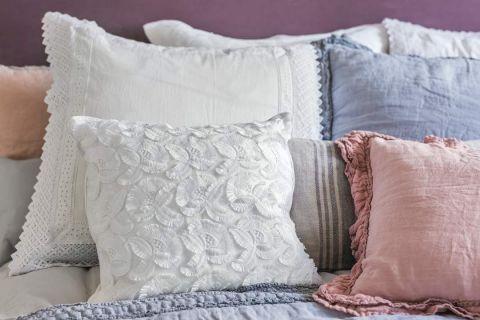 pastelowa sypialnia poduszki i pościel