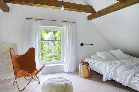 sypialnia na poddaszu w starym domu