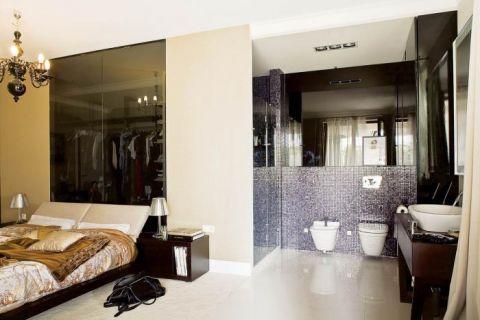 Toaleta miała być oddzielona od sypialni ścianą z matowego szkła. Pospieszna przeprowadzka, małe dziecko i...