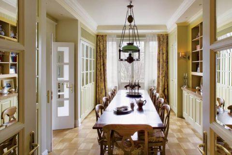 W jadalni duży drewniany stół. Apartament w kamienicy na Powiślu
