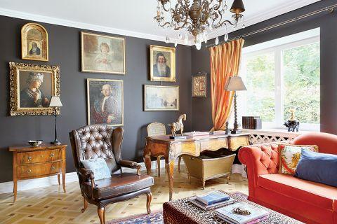 W klasycznym gabinecie z pikowanymi fotelami i kanapą znalazło sie miejsce na zabawny akcent - stolik w panterkę.