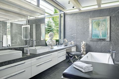 W łazience armatura Philippa Starcka i meble Philippa Pleina.