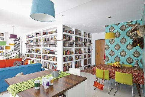 W mieszkaniu Michała Nogasia najbardziej oprócz kolorów, rzucają się książki... w kolorowych okładkach.