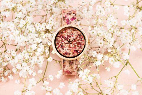zegarek z płatkami kwiatów