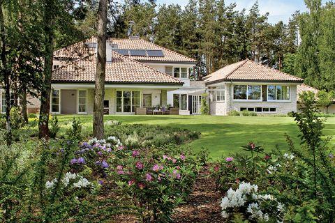 Z daleka widać, że dom jest jasny, dzięki wielkim oknom.
