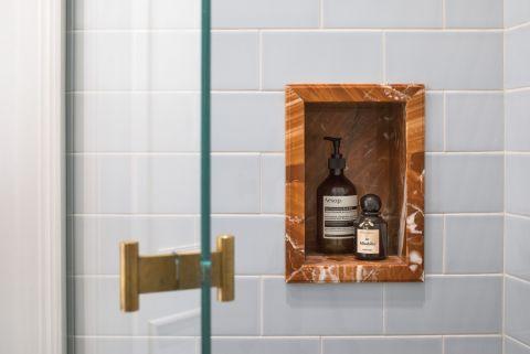 biała łazienka w stylu vintage