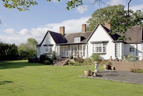 Miejsce niezwykłe – niedaleko Windsoru, gdzie weekendy spędza. sama królowa. Ale dom miał też minusy – był z 1923