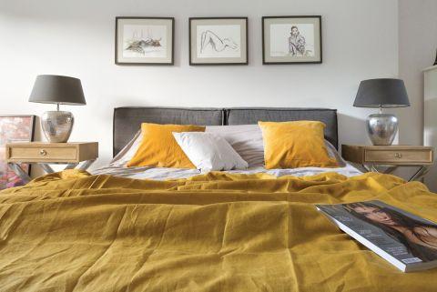 szara sypialnia i żółte dodatki