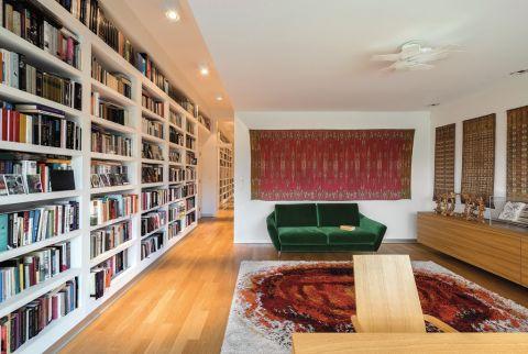 wnętrza w stylu modernistycznym - salon z książkami