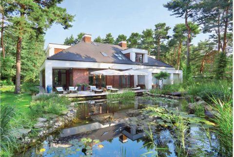 Ten nowoczesny dom znajduje się na skraju parku krajobrazowego. najważniejszą rolę odgrywa tu zieleń.