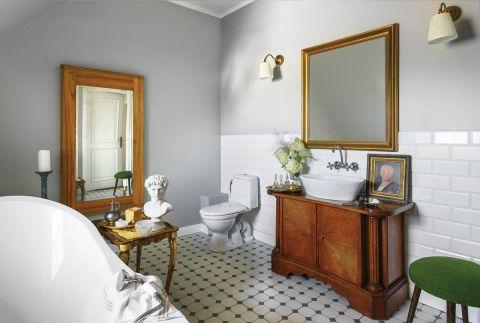łazienka urządzona antykami