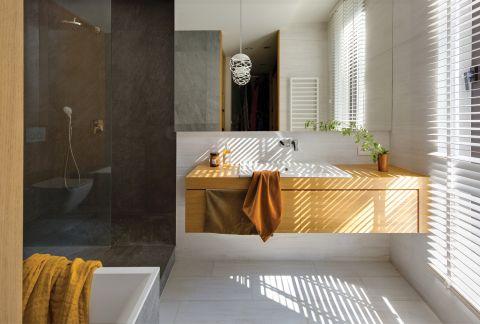 łazienka w drewnie i szarości