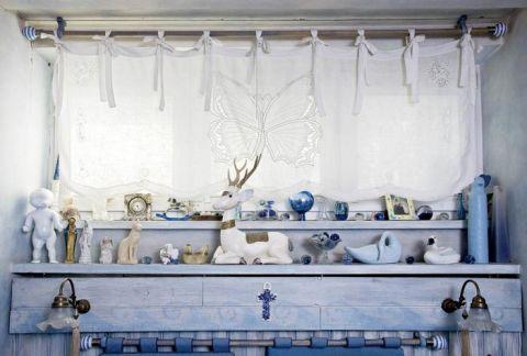 W sypialni dekoracyjne figurki. Domowa scenografia