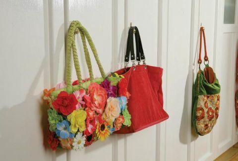 W sypialni, na tle secesyjnych mebli, swoje miejsce znalazła barwna kolekcja torebek Gabrielle.