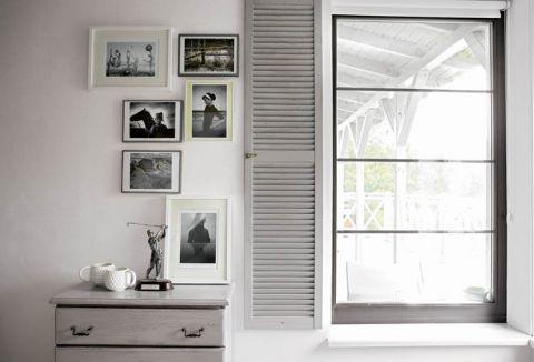 We wszystkich pokojach są wielkie okna bez zasłon i firan.