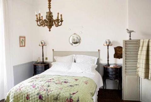 Kolejny dobry pomysł na połączenie łazienki z sypialnią. Wygodna szeroka wanna za drewnianym parawanem.