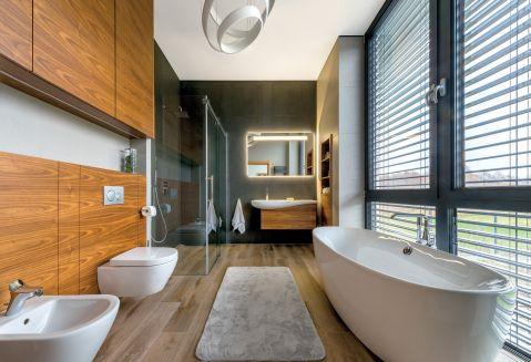 Na ścianach egzotyczne drewno i płyty, które wyglądają jak surowy beton. Na podłodze – płytki imitujące naturalne deski.