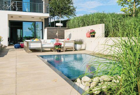 Mały basen nie służy do kąpieli, raczej dla ozdoby.
